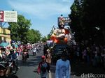 Meriahnya Tradisi Larung Sesaji Sedekah Laut di Rembang