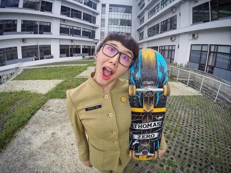 Aksi Keren PNS Zaman Now Main Skateboard yang Viral dan Dipuji