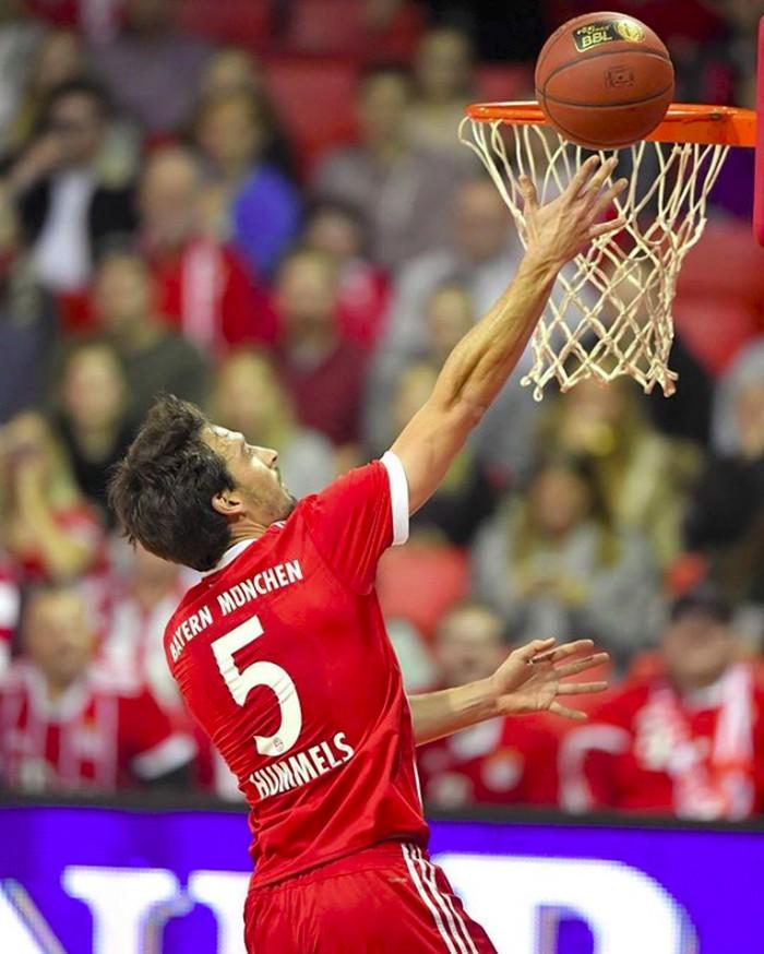 Hummels sedang melakukan lay-up saat bermain basket dengan seragam Bayern Muenchen. (Foto: instagram/aussenrist15)