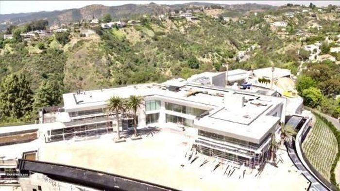 Rumah yang dibangun di lahan seluas 9.300 meter persegi ini terletak di Bel-Air, Los Angeles. Foto: CNBC.