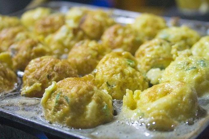 Kalau telur yang satu ini sih sudah ada dari zaman dulu ya. Telur ayam yang dikocok dengan garam dan irisan daun bawang kemudian digoreng dalam loyang setengah lingkaran. Enak ditambah dengan saus. Pasti kangen! Foto: Istimewa