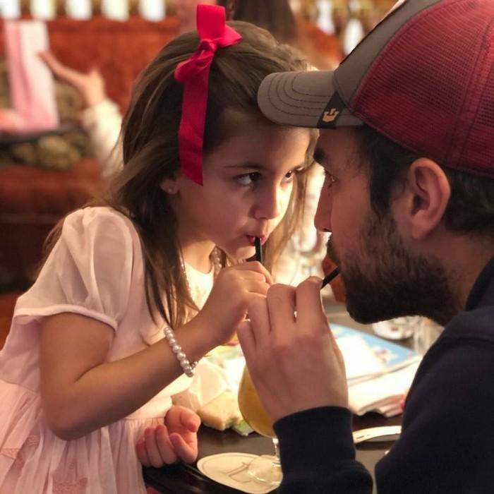 So sweet! Fabregas terlihat sedang minum segelas jus jeruk bareng sang anak yang bernama Lia. Duh, ayah serta anak ini cantik dan ganteng, ya! Foto: Instagram cescf4bregas