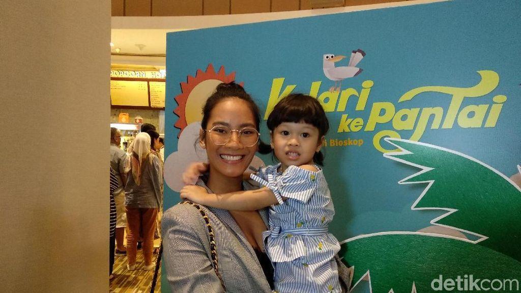 Masih Liburan, Tara Basro Ajak Keponakan Nonton Film Kulari ke Pantai