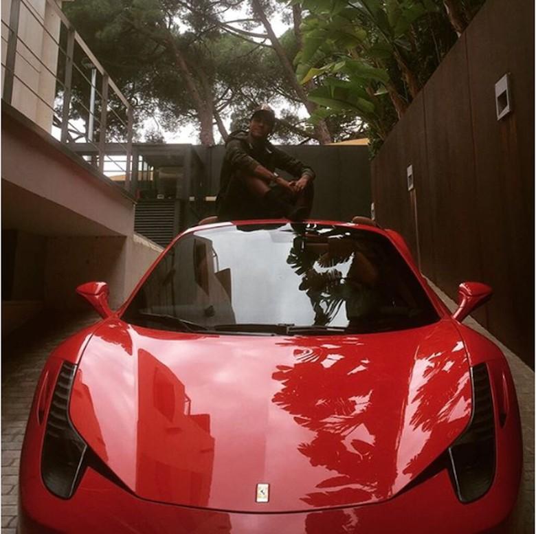 Neymar dan Ferrari merah. Foto: Instagram/neymarjr