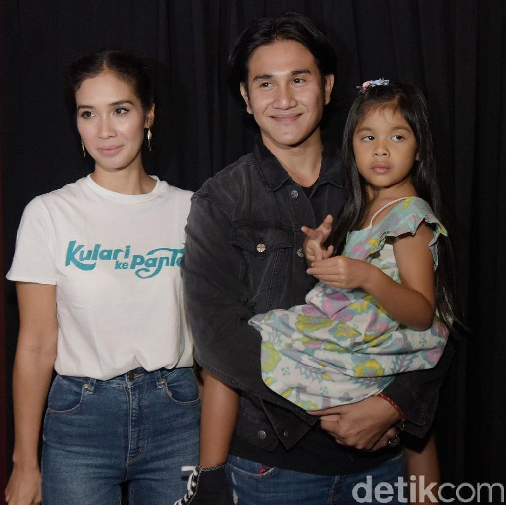 <i>Hot Daddy</i>! Vino G Bastian Tak Malu Gendong Sang Putri