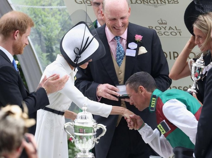 Tangan Meghan Markle dicium pria asing di Royal Ascot. Foto: Getty Images
