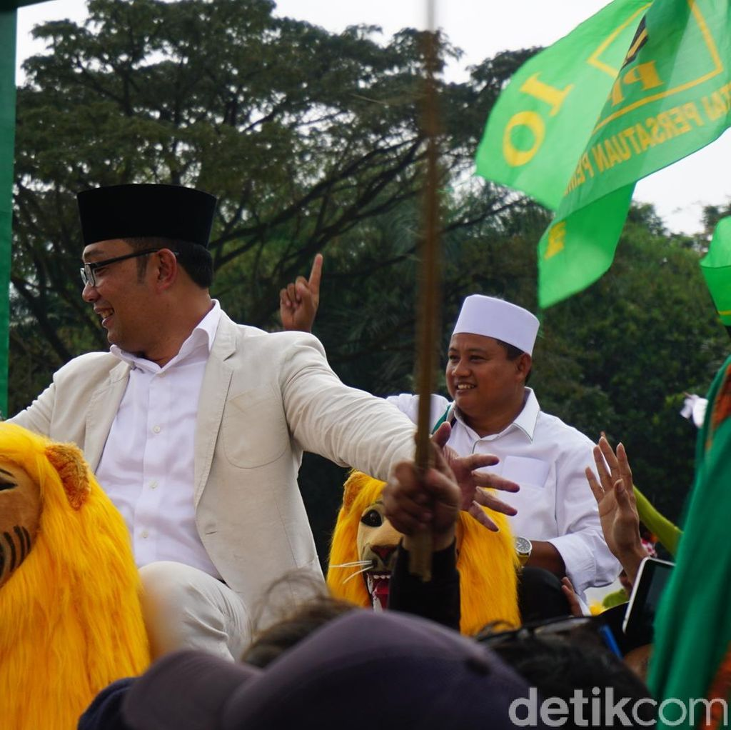 Kampanye Akbar di Bandung, Ridwan Kamil-Uu Naik Sisingaan