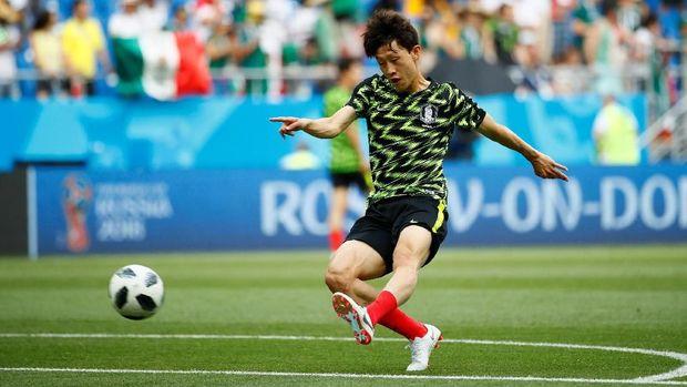 Pemain Korea Selatan Lee Jae-sung saat melakukan pemanasan.