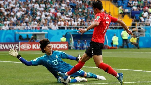 Peluang terbaik Son Heung-Min pada menit ke-39 digagalkan kiper Ochoa.