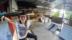 Dunia maya dihebohkan dengan aksi seorang wanita cantik yang memamerkan keahliannya main skateboarding. Selain itu, ia juga hobi olahraga menantang lho.