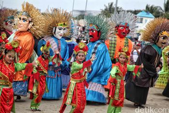 Parade Ondel-ondel Ramaikan HUT DKI Jakarta