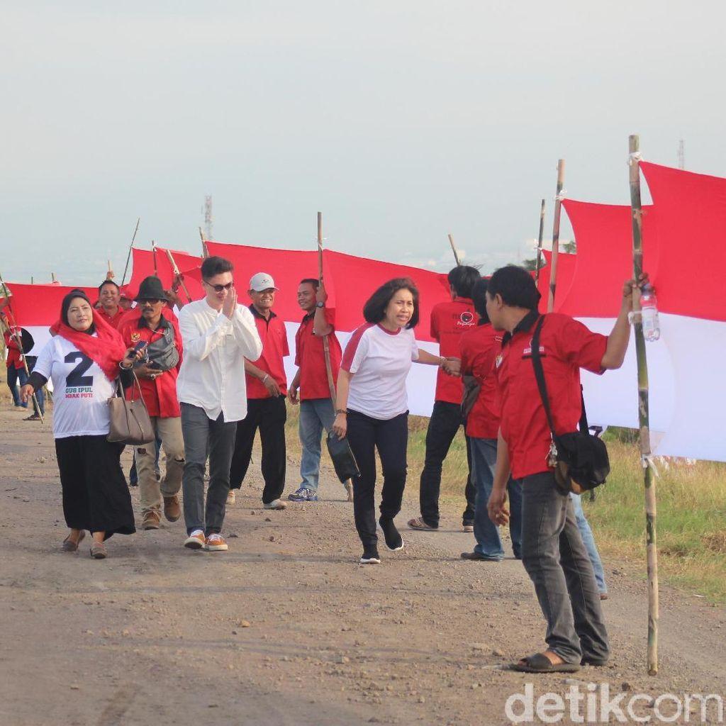 Relawan Taruna Merah Putih Kibarkan Bendera di Tanggul Lumpur Lapindo