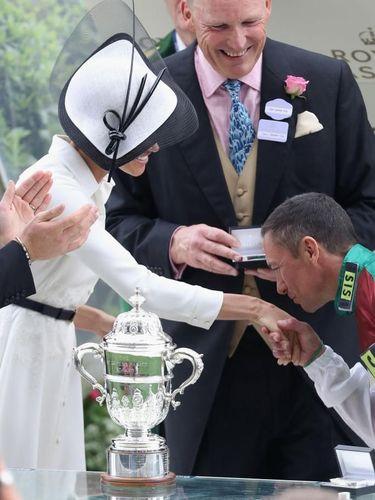 Tangan Meghan Markle Dicium Pria Asing, Begini Reaksi Pangeran Harry