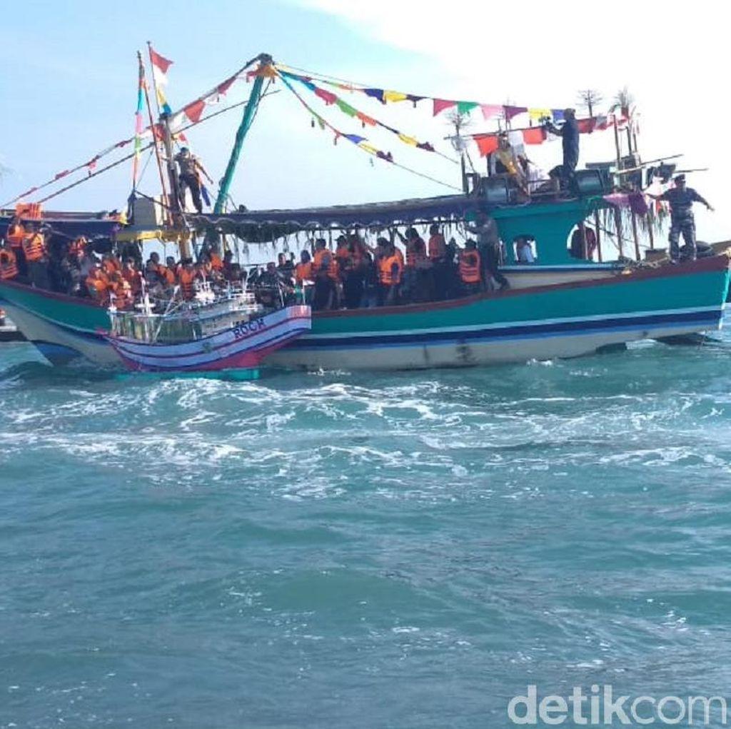 Tradisi Lomban, Nelayan Jepara Larung Kepala Kerbau di Laut