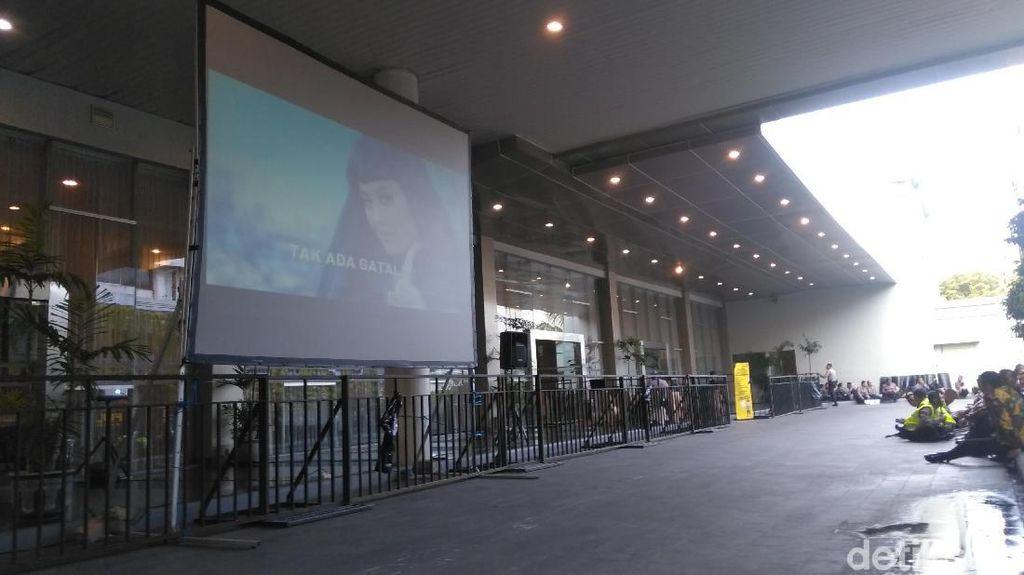 Giant Screen Disiapkan di Luar Arena Debat untuk Pendukung Paslon