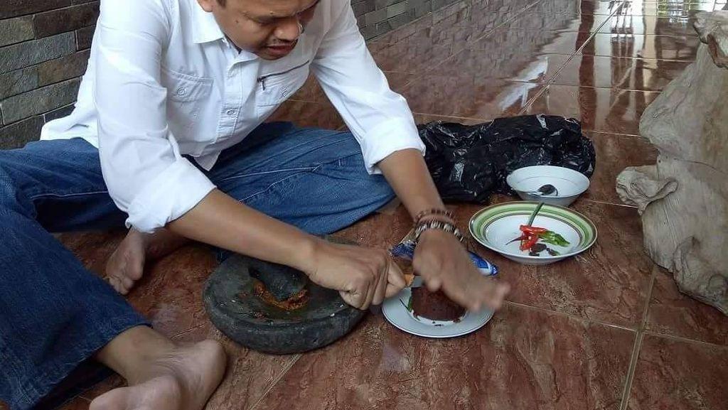 Intip Keseruan Dedi Mulyadi Ketika Makan Pecel hingga Ngulek Sambal Rujak