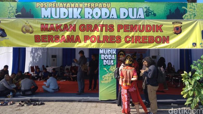 Pemudik Santap Gratis Makanan Khas Cirebon di Posko Polisi