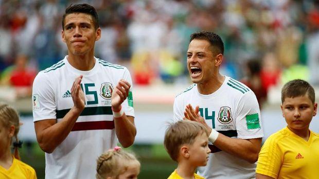 Javier Hernandez mendapatkan peluang pertamanya pada menit ke-12.