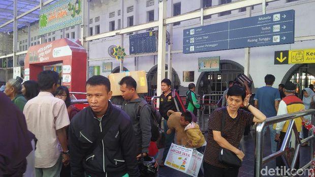 Stasiun Pasar Senen Masih Ramai Dipadati Pemudik Arus Balik