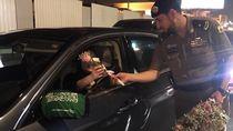 Polisi Arab Saudi Beri Bunga pada Pengendara Wanita