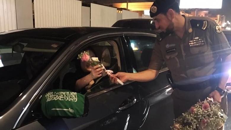 Polisi membagikan bunga di jalanan Arab Saudi (Foto: Al Arabiya)