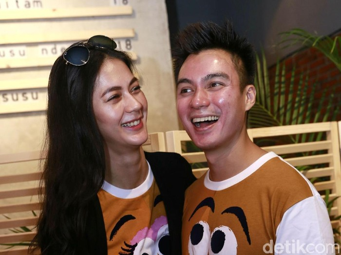 Artis Baim Wong bersama Paula Verhoeven saat ditemui wartawan di restoran Maniac, Jakarta, Minggu, (24/06/2018). Foto: Palevi