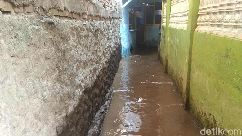 Banjir Landa Kampung Melayu Subuh Tadi