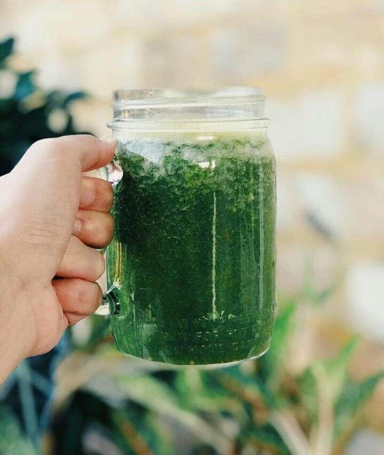 Jus hijau yang dibuat dari campuran sayuran ini memang sangat menyehatkan. Tika dan sang suami, Dimas Aditya pun kompak meminumnya. Foto: Instagram @tikabravani