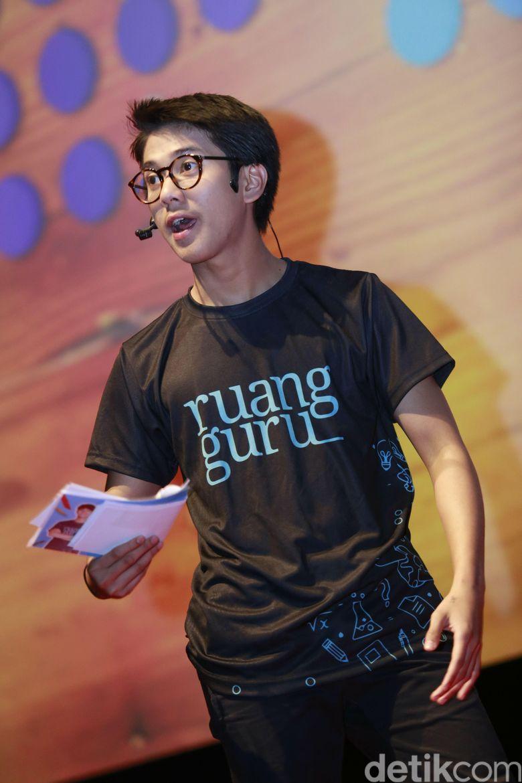 Pemeran Dilan tak hanya aktif berkarier sebagai aktor film saja. Foto: Palevi/ detikHOT