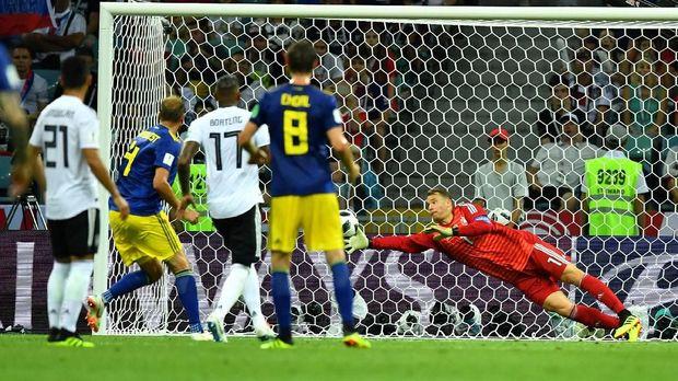 Manue Neuer memiliki beberapa penyelamatan penting saat lawan Swedia.