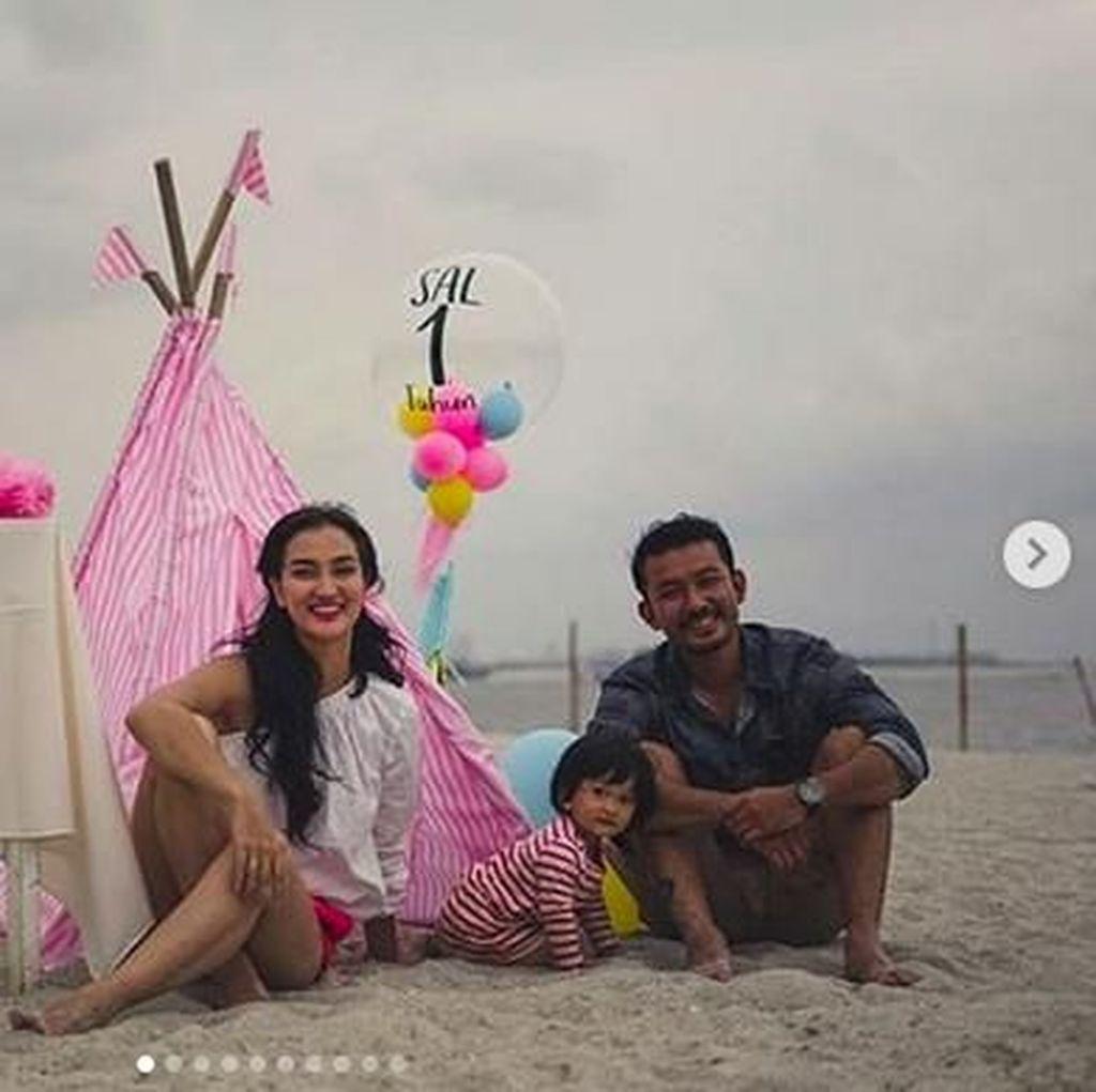 Serunya Ultah Anak Atiqah Hasiholan-Rio Dewanto di Pantai