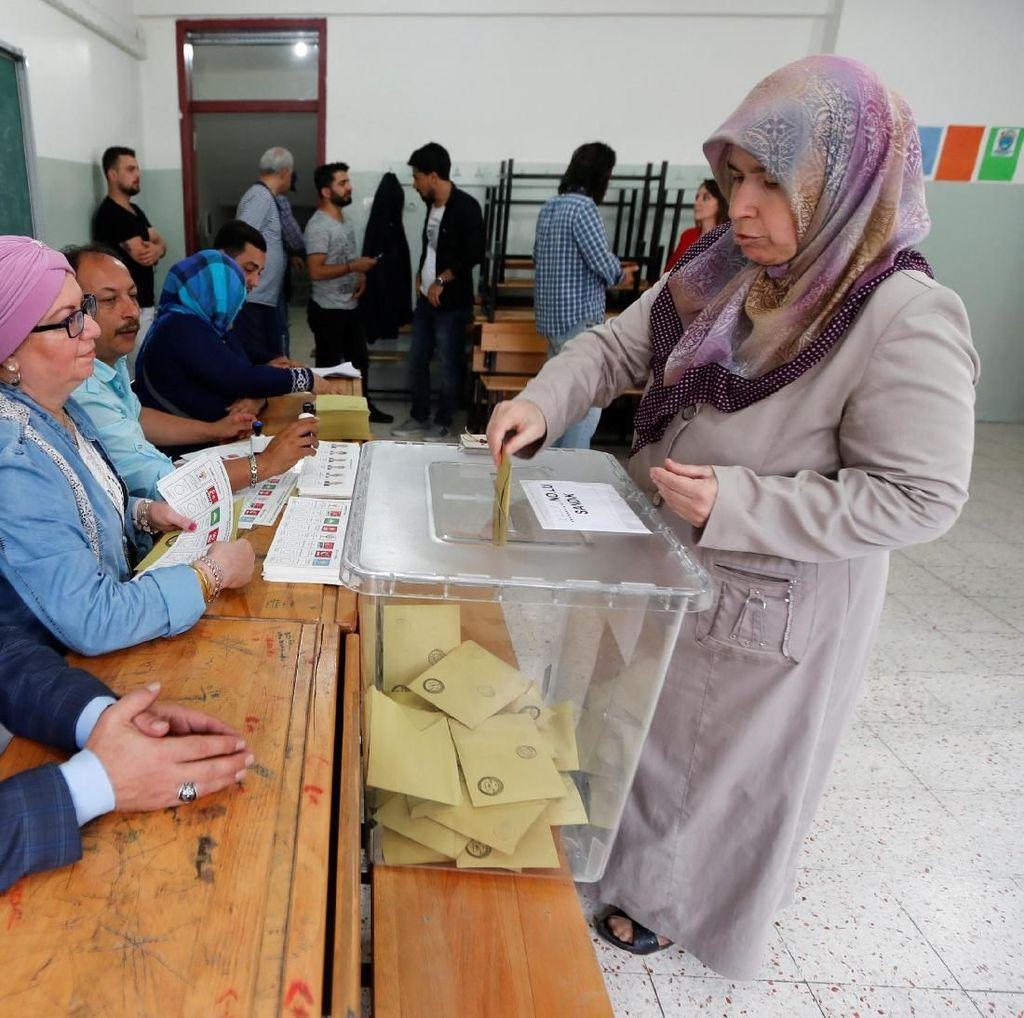 Foto: Warga Turki Ramai-ramai ke TPS untuk Pilih Presiden