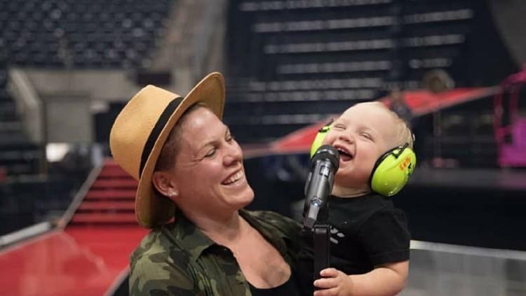 Hal Manis yang Dilakukan Anak-anak Pink Saat Ikut Ibunya Tur