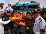 Kemenhub Bagi 5.000 Life Jacket ke Operator Kapal Danau Toba