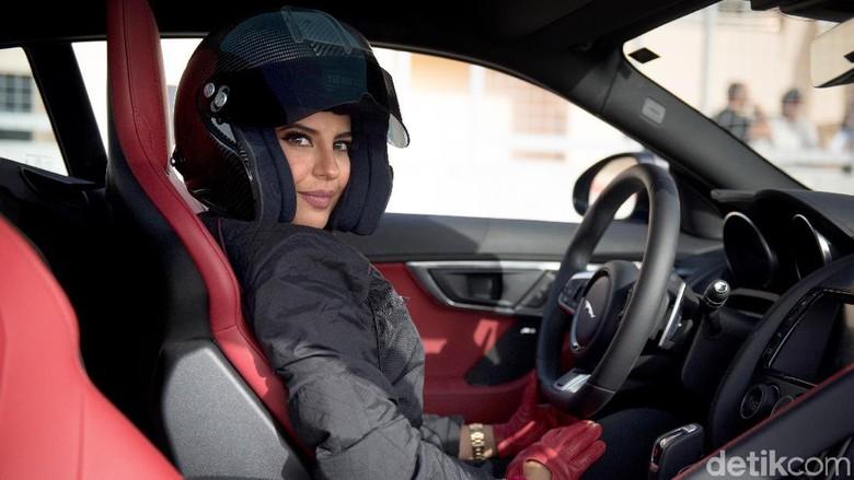 Aseel Al Hamad di balik setir Jaguar F-Type Foto: Jaguar