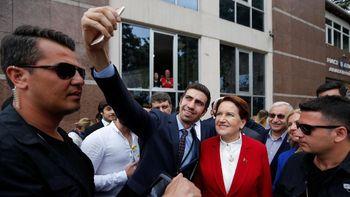 Foto: Capres 'Serigala Betina' Diajak Selfie di TPS Pemilu Turki