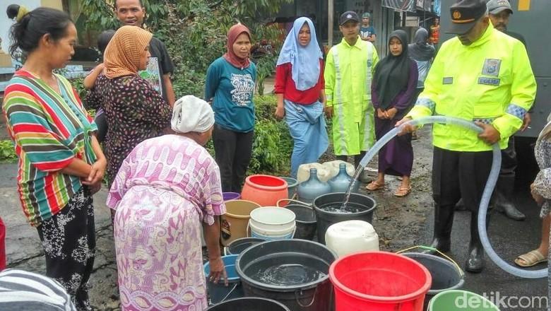 Bantuan Air Terus Mengalir Ke Korban Banjir Bandang di Banyuwangi