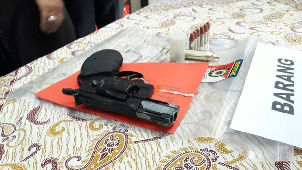Airsoft gun yang dibawa polisi gadungan