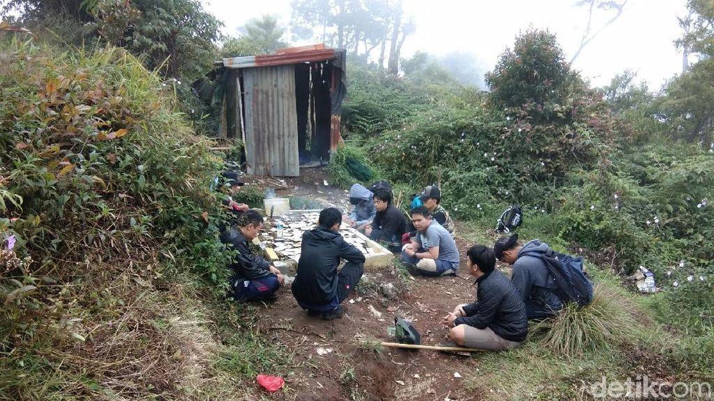Makam Keramat yang Ramai Diziarahi Pendaki Gunung Salak