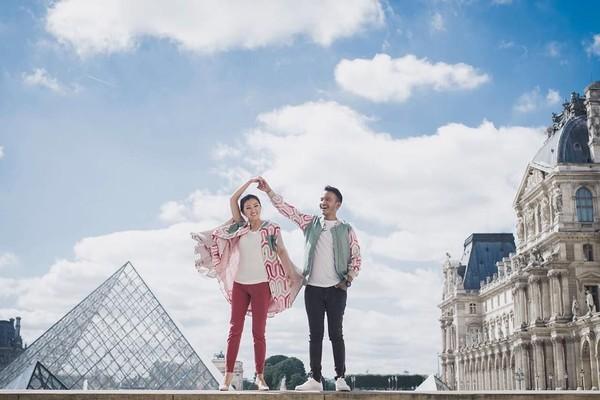 Ruben Onsu juga berkunjung ke Muse de Louvre, museum seni terbesar di dunia yang berada di Paris, Prancis. (ruben_onsu/Instagram)