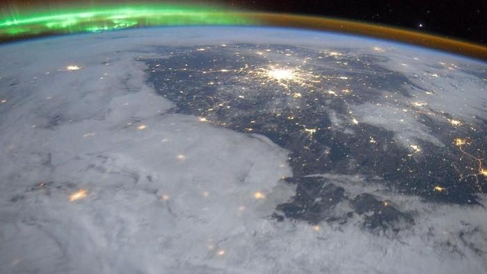 Apakah Bumi akan mengalami perubahan arah utara dan selatan? Paling tidak, aurora akan terlihat lebih dekat nantinya. Foto: Instagram/roscosmosofficial
