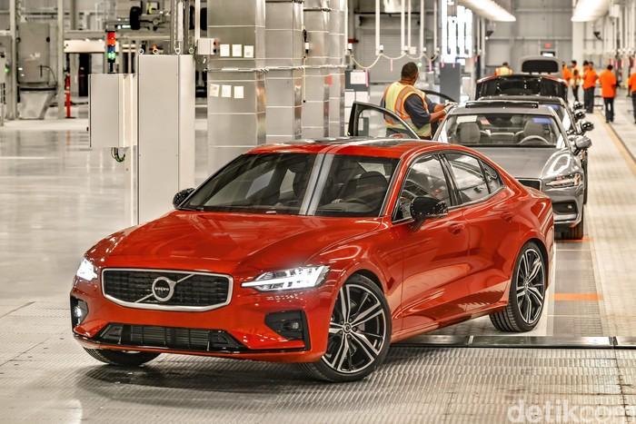 Baru saja diluncurkan, sedan kelas menengah Volvo S60 terbaru langsung menjadi perhatian banyak orang. Bagaimana tidak, selain mobil ini adalah yang pertama kali dijual tanpa opsi mesin diesel, harganya dinilai sangat menggoda.