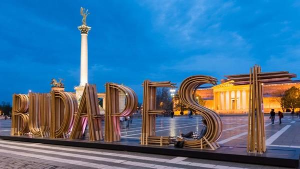 Film A Good Day to Die Hard syuting di berbagai lokasi di Budapest. Termasuk di Heroes Square (Hungarian National Tourist Office)