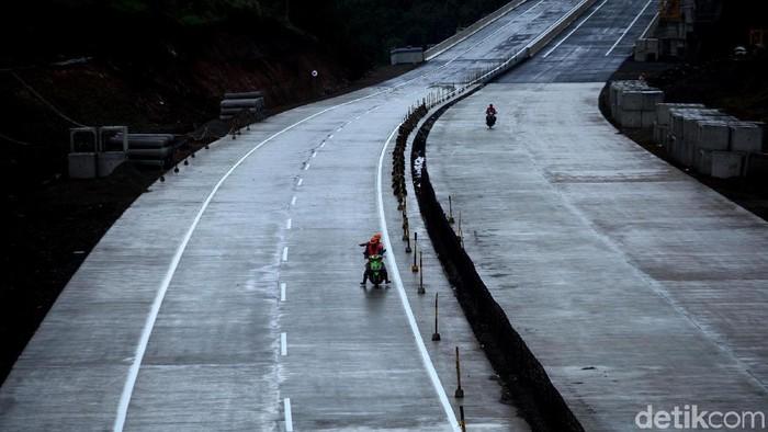 Tol Bogor-Ciawi-Sukabumi (Bocimi) hingga kini terus dikebut pembangunannya. Rencananya jalan tol ini siap beroperasi Juli 2018.
