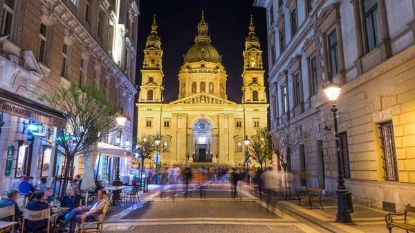 Memang banyak adegan film Evita yang diambil di Budapest. Selain Gellert Hotel and Baths, serta Andrassy Avenue dan persimpangan Oktogon, St Stephens Basilica juga muncul dalam film tersebut (Hungarian National Tourist Office)