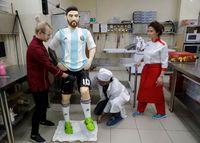 Ahli Cokelat Rusia Ini Bikin Patung Seukuran Lionel Messi