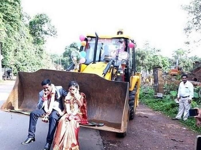 Anti Mainstream! Pasangan Pengantin di India Nikah Naik Buldoser. Foto: Istimewa