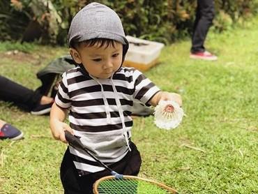 Siapa yang mau main badminton bareng Athalla? (Foto: Instagram @baby_athalla)