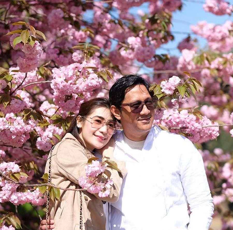 Kemesraan Andre Taulany dan Rien Wartia Trigina di Jepang