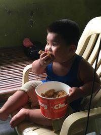 Gemas! Anak Kecil Ini Berusaha Memakan Ayam Goreng dari Papan Iklan
